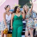 drei plus size models stehen vor einem auto und machen ein selfie