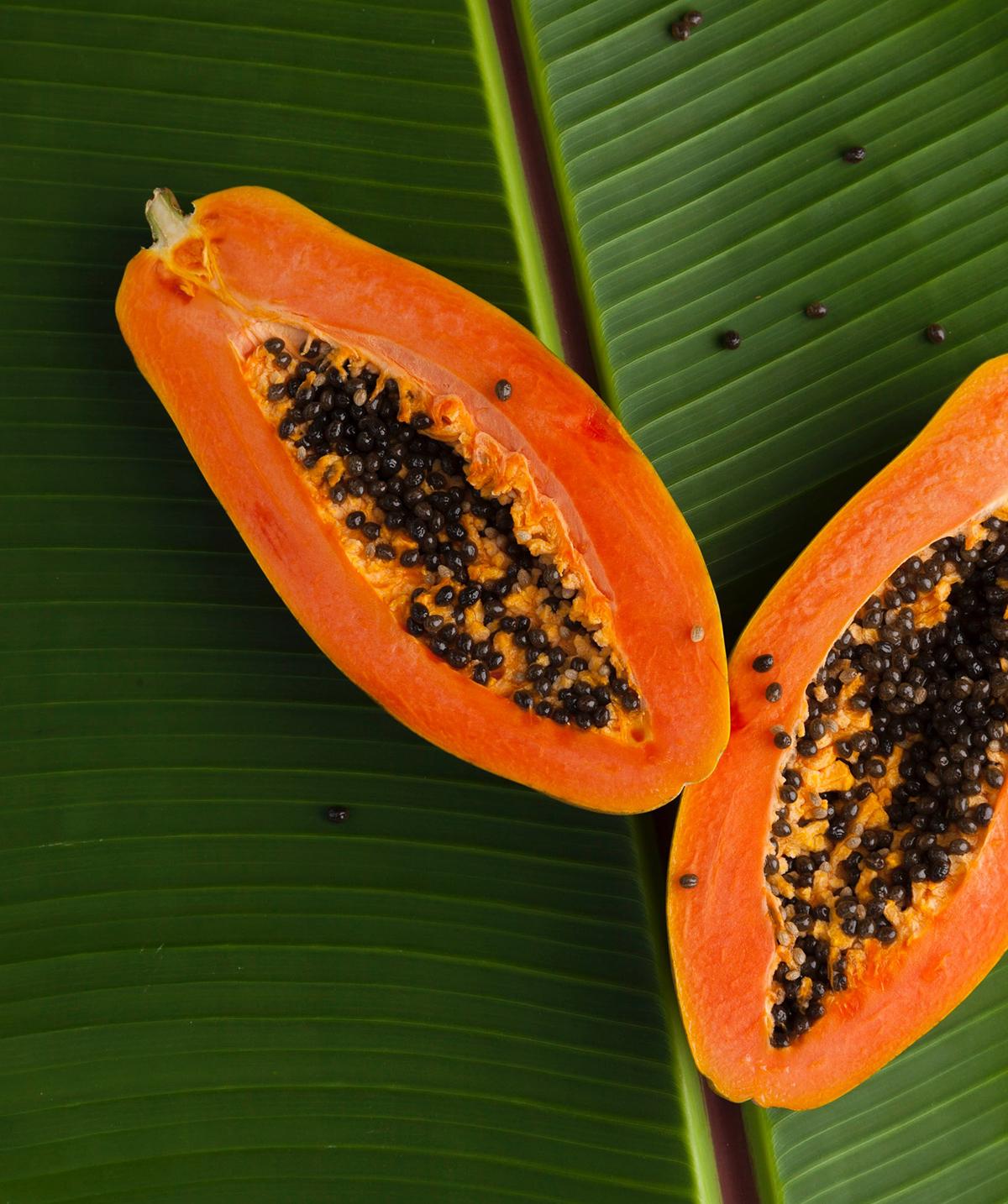 papaya auf gruenem blatt