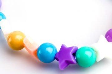 bunter kinderkette mit perlen und sternen