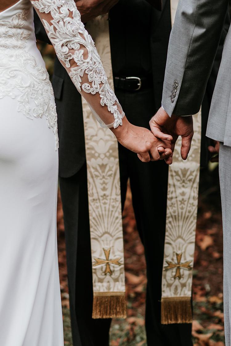 brautpaar vor priester