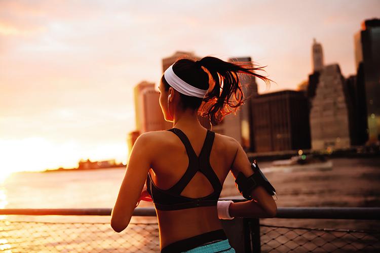 frau joggt im sonnenuntergang