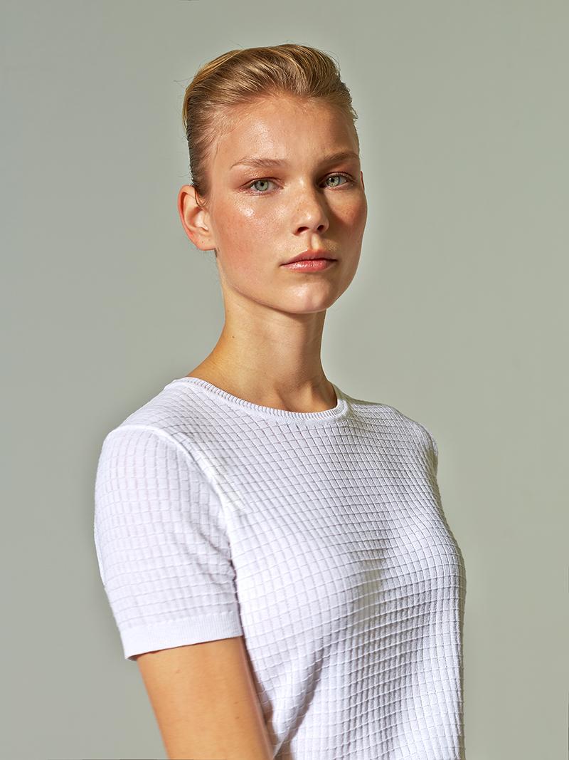 junge frau im weißen t-shirt