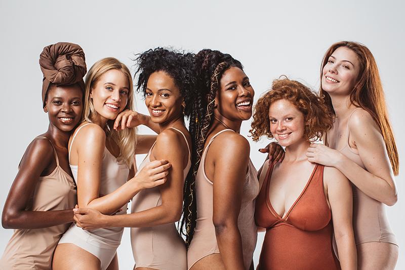 ein gruppe junger frauen im badeanzug