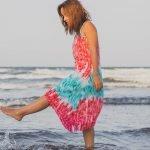junge frau mit batik-kleid am meer