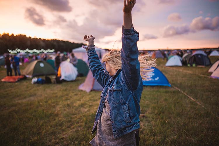 frau auf campingplatz