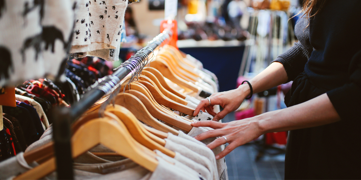 frau an kleiderstaender