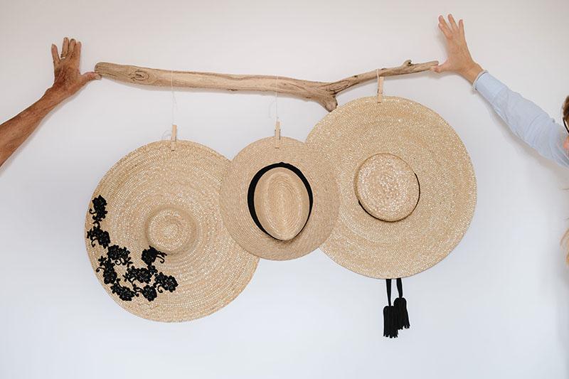 drei strohhüte an wand hängend