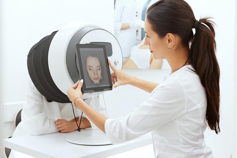 kosmetikerin führt eine hautanalyse durch