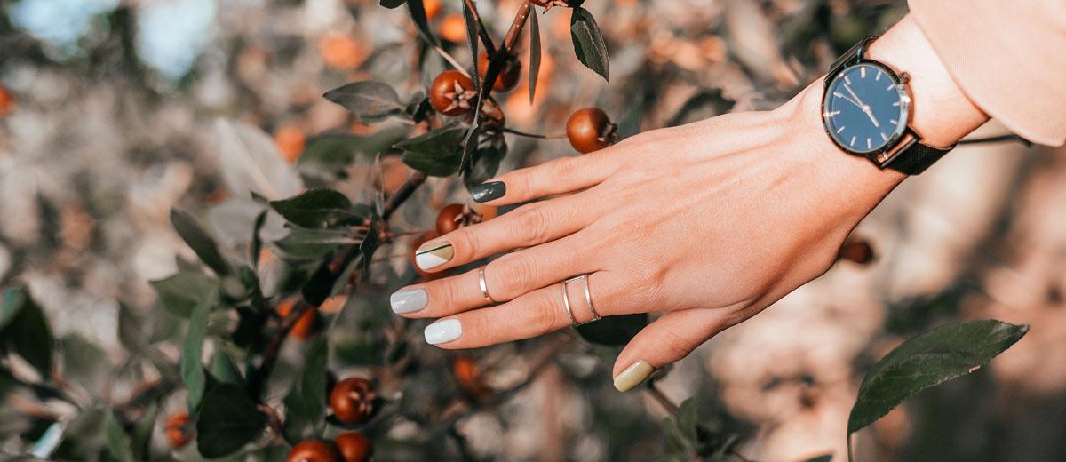 hand mit nail art maniküre