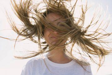 junge fraue mit blonden haaren