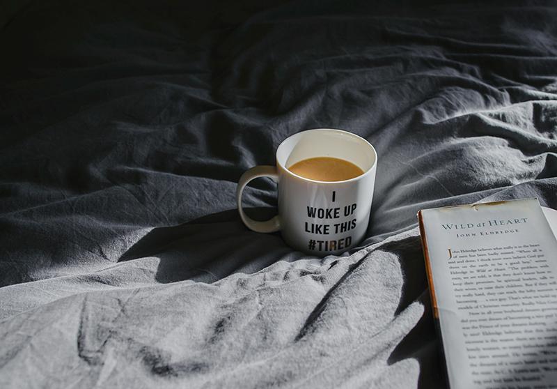kaffeetasse auf grauem bettlaken