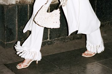 beine einer frau mit square-toe sandalen