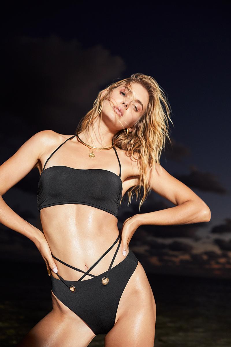 junge frau im schwarzen criss cross bikini