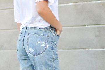 frau mit jeans und weißem t-shirt