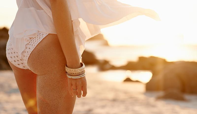 junge frau mit weißer bikini-hose