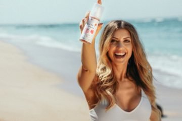 sarah harrison am strand mit hellobody spray
