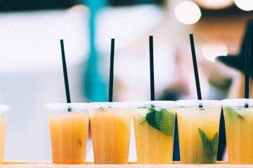 Alkoholfreie Cocktails stehen auf einem Tresen