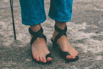 füße einer frau mit fesselriemen sandalen