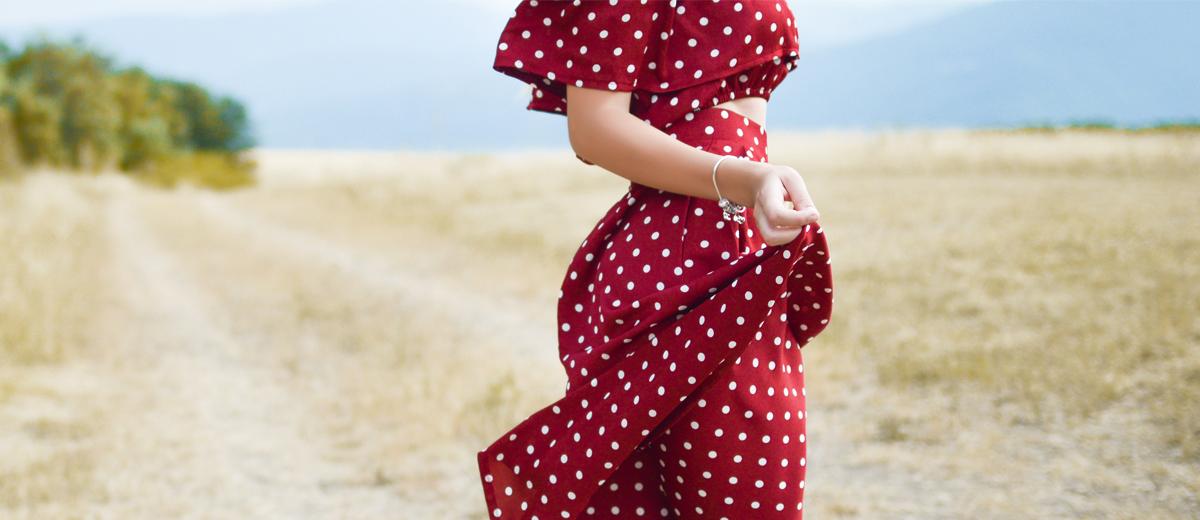 frau mit rot weiß gepunktetem kleid