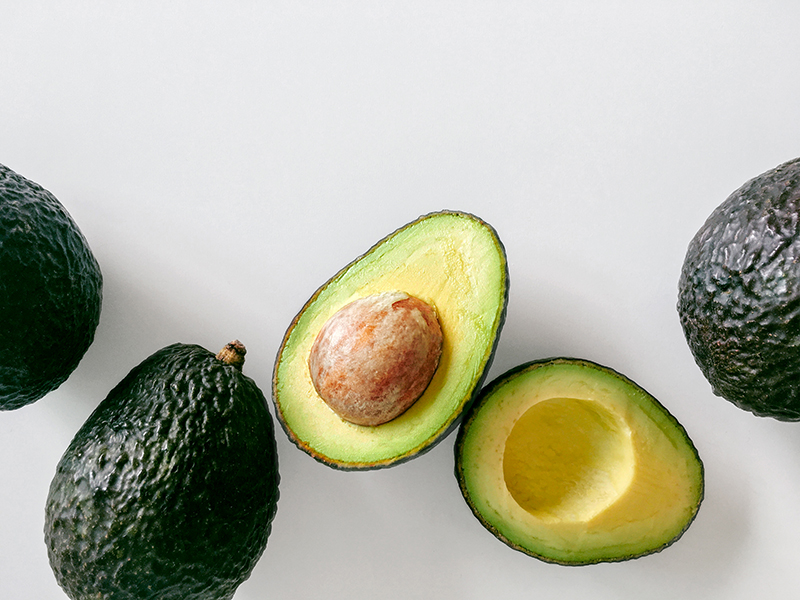 avocados auf tisch liegend