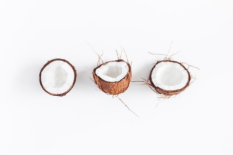 geöffnete kokosnüsse auf tisch liegend
