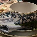 kaffeetasse auf tisch stehend