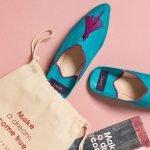 türkise Schuhe auf rosanem Hintergrund