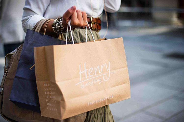 Frau hält Einkaufstaschen in der Hand
