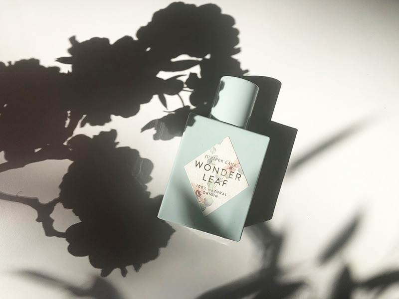 Hellblauer Parfumflakon