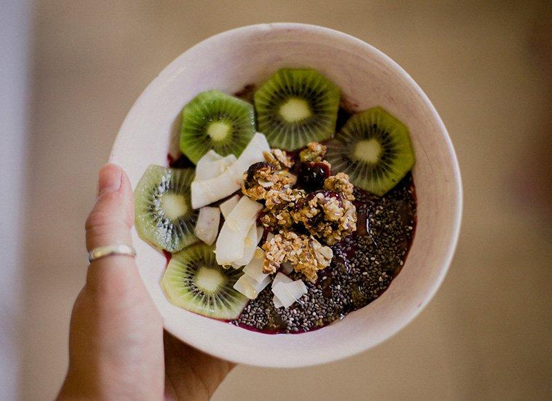 frühstücksschüssel mit obst