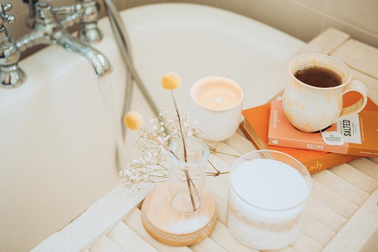 Badewanne mit Tee und Büchern