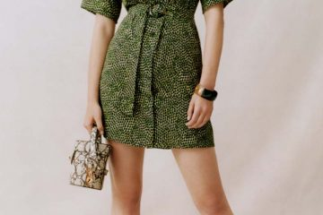 Frau hält Handtasche mit Snakeprintmuster