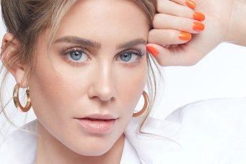 youtuberin mrs bella mit orangenem nagellack von neonail