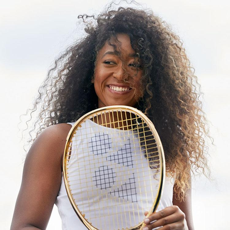 Frau mit Tennisschläger in der Hand