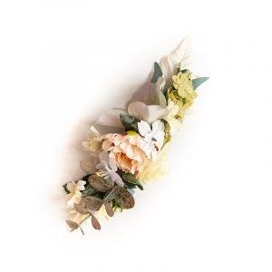 Haarspange mit hellen Blüten verziert