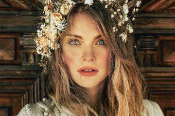 Frau mit großem Blumenkranz im Haar