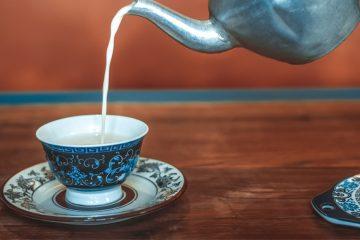 kaffeetasse in die milch gegossen wird