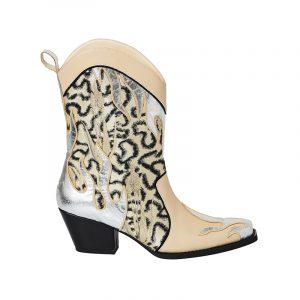Leomuster und silberne Flammendetails an Cowboy Stiefel von H&M