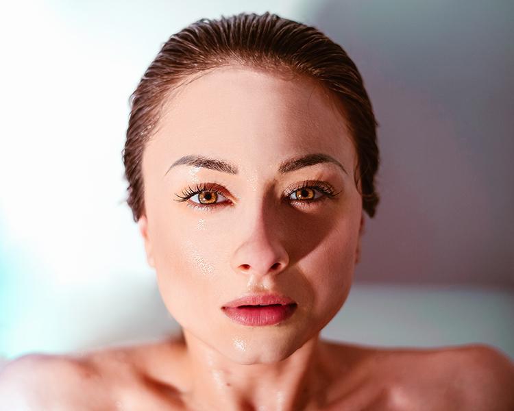 Hautpflege Zuhause verschafft Frau reine Haut