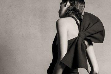 Frau trägt schwarzes Kleid mit großer Schleife