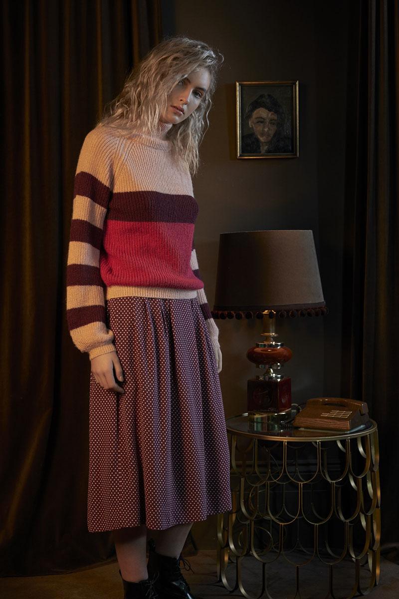 blonde frau im wohnzimmer im brit chic style
