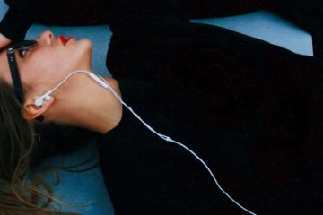 Fashion Podcasts Frau mit Ohrenstöpseln
