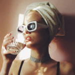 frau sonnenbrille handtuch
