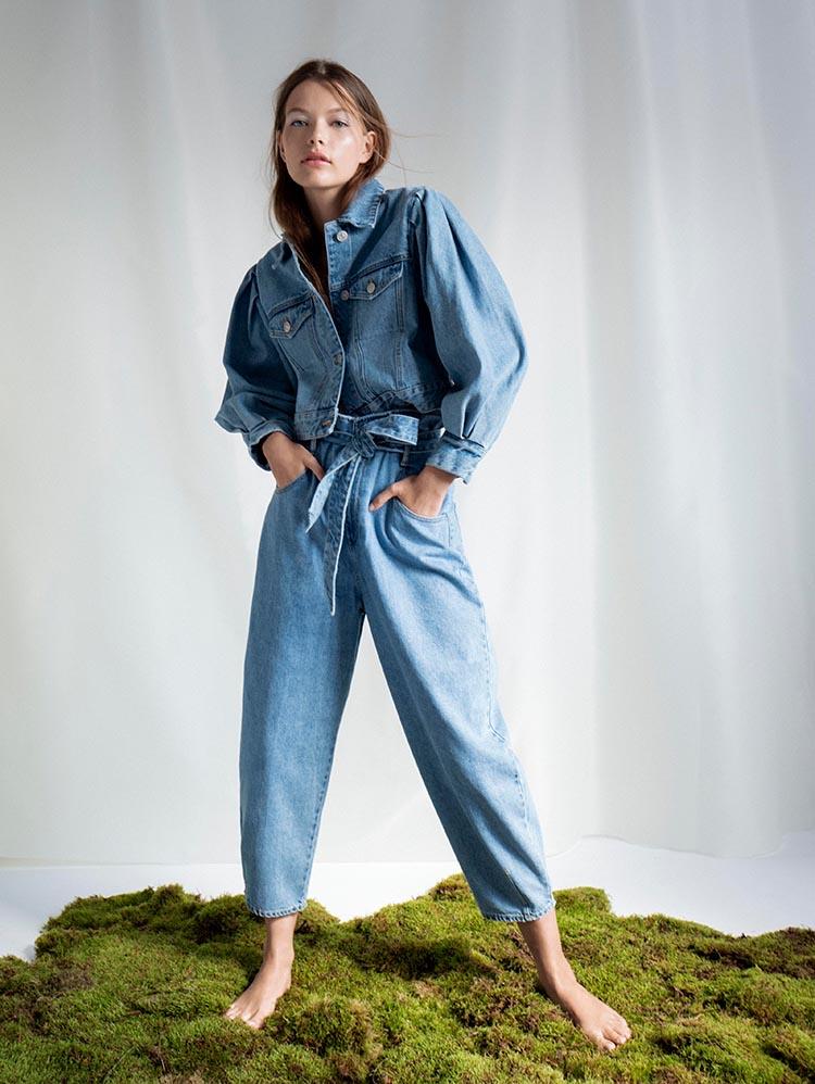 Frau in heller Slouchy Jeans