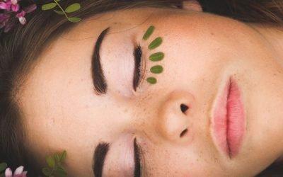 junge frau schlafend im gras liegend