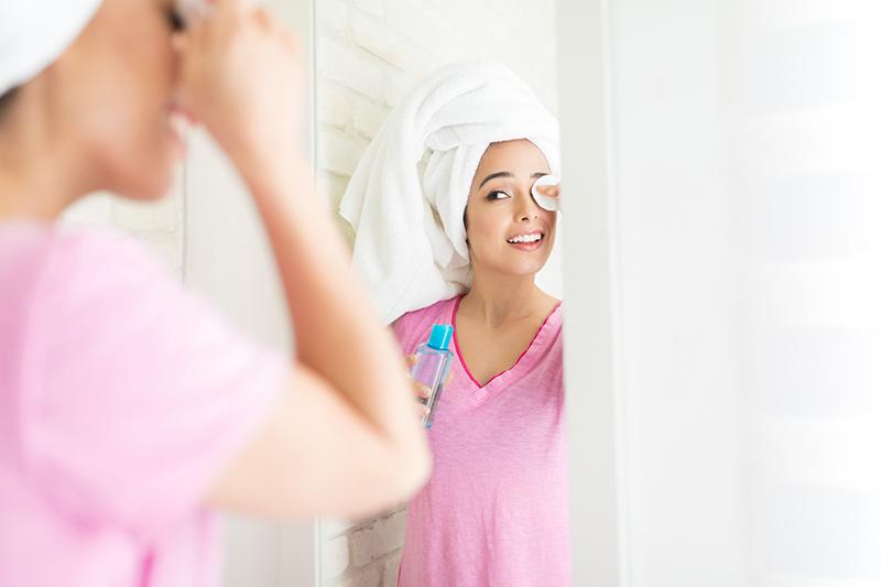 junge frau entfernt sich augen-make-up