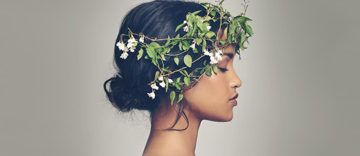 junge frau im profil mit blumenkranz im haar