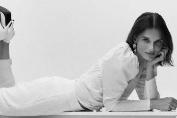 Frau mit weißer Slouchy Jeans liegt auf dem Boden