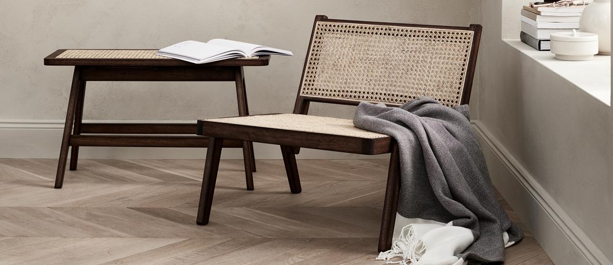 stuhl mit tisch aus wiener geflecht im wohnzimmer