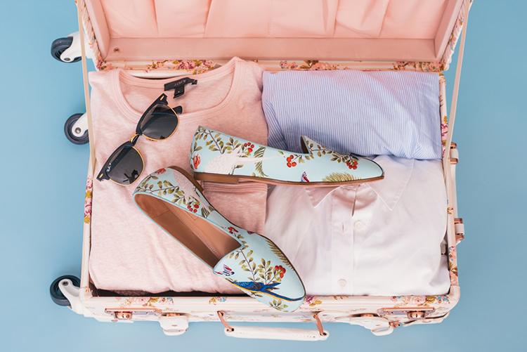 Urlaubstage clever planan: Koffer mit Sonnenbrille und Loafern